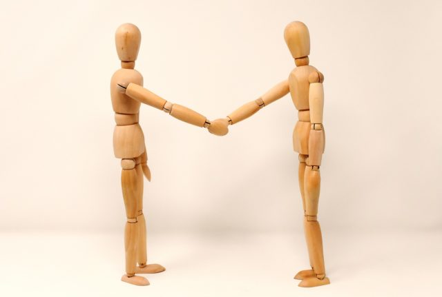 https://www.hladinaalfa.cz/wp-content/uploads/2020/07/holding-hands_II_o-640x431.jpg
